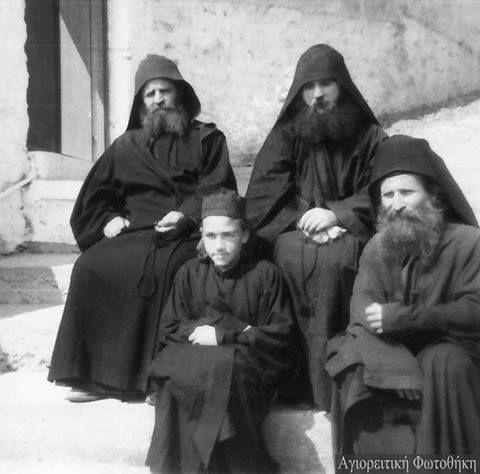Η πνευματική κληρονομιά του Οσίου Γέροντος του Ιωσήφ του Ησυχαστού. Οι πνευματικοί στύλοι που όπως προείπε και ο ίδιος ο Γέροντας επάνω τους ακούμπησε όλο το Άγιον Όρος. †Γέρων Χαράλαμπος ο Διονυσιάτης †Ιωσήφ ο Βατοπαιδινός και ο Γέρων Εφραίμ ο Φιλοθεϊτης Τις ευχές τους να έχουμε όλοι μας.Αμήν.