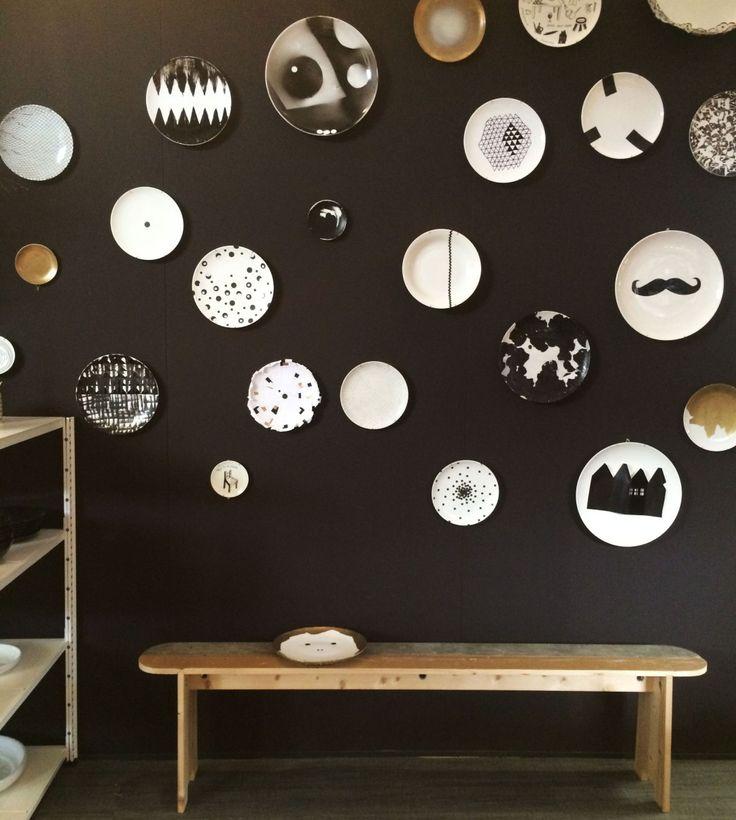 De borden hebben ons geïnspireerd door middel van de hele ruimte vol te hangen met stippen van muur tot vloer, zo heb je een pakkend beeld dat de hele ruimte vult.