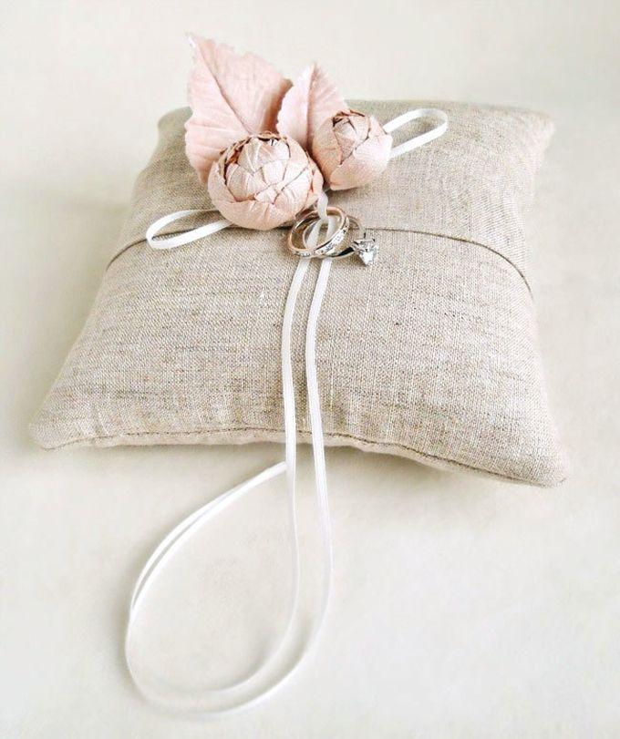 Vintage Wedding Ideas - handmade ring bearer pillow from Emici Livet & 7 best Porta Alianças images on Pinterest | Burlap ring pillows ... pillowsntoast.com