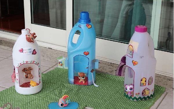 casa de juguetes utilizando botellas de plástico