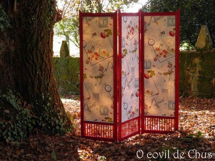 Hecho a mano en madera de pino, teñida en rojo, barnizado y tapizado con una alegre tela con motivos románticos.