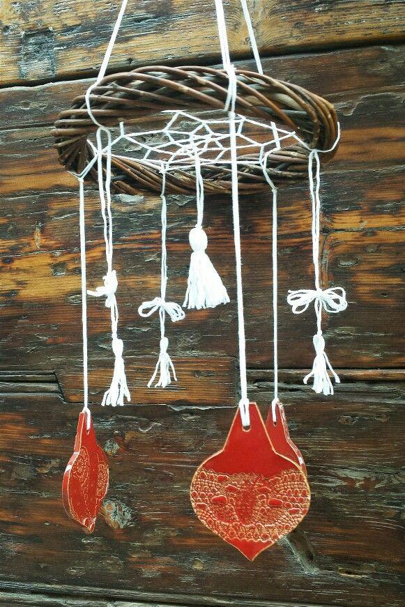 #dreamcatcher ghirlanda in #vimini con lastrine in #ceramica tradizionale e nappine in cotone bianco. Perfette decorazioni di #Natale o idee #regalo. #Santarcangelo presso La Bottega 36