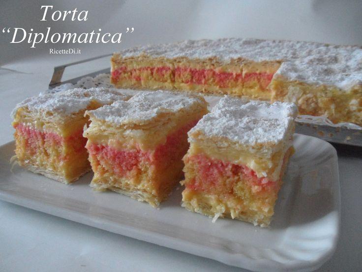 la torta diplomatica è un dolce fatto con 2 strati di pasta sfoglia che racchiudono un ripieno di crema Chantilly e pandispagna imbevuto con Alchermes