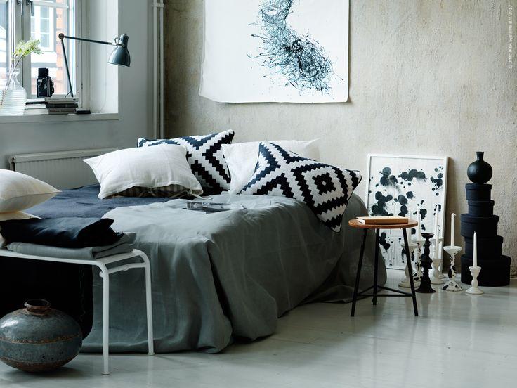 DIY: överkast av AINA metervara i grått och svart. LAPPLJUNG RUTA kuddfordral, URSULA kuddfodral, ARÖD arbetslampa, ROXÖ bänk.