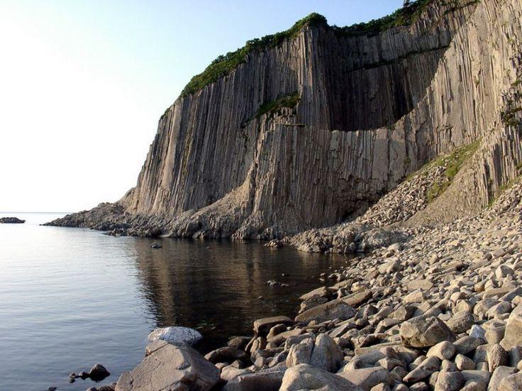 Природные чудеса России,Мыс Столбчатый на курильском острове Кунашир (Сахалинская область) — уникальное геологическое образование в виде сплошного каменного выступа, поднимающегося на самом берегу моря высокой отвесной стеной