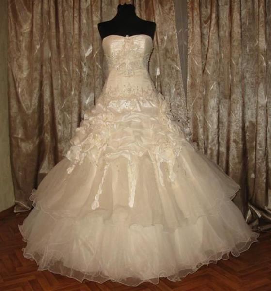 Короткое свадебное платье цвета шампанского