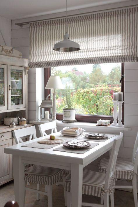 Klein aber oh! Diese gemütliche Küche lädt zum gemeinsamen Sitzen ein. Vorhän …