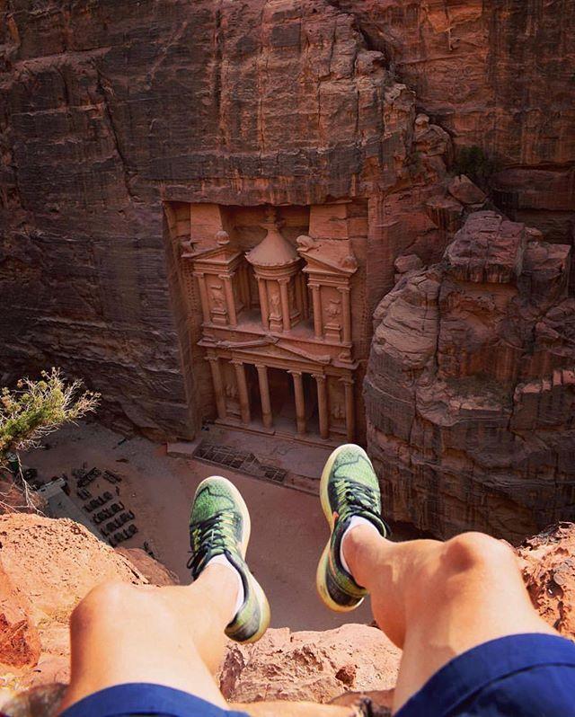 Petra é uma das regiões arqueológica mais importantes do mundo. Está localizada entre as montanhas do leste de Wadi Araba o grande vale que vai do Mar Morto ao Golfo de Aqaba perto do Monte Hor e do Deserto de Zin na Jordânia. No ano de 312 a.C. a região foi colonizada pelos Nabateus que com influência greco-romana e oriental deixaram sua marca na arquitetura esculpida em rocha. Foram os nabateus que deram o nome de Petra ao enclave e nomearam a cidade como sua capital. Tem muito história e…