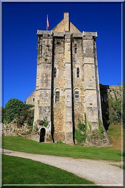 Saint Sauveur le Vicomte - Manche - Un curieux château trône au centre ville. Sa particularité est de posséder un donjon Anglais de style Roman pourtant construit au 14ème siècle.