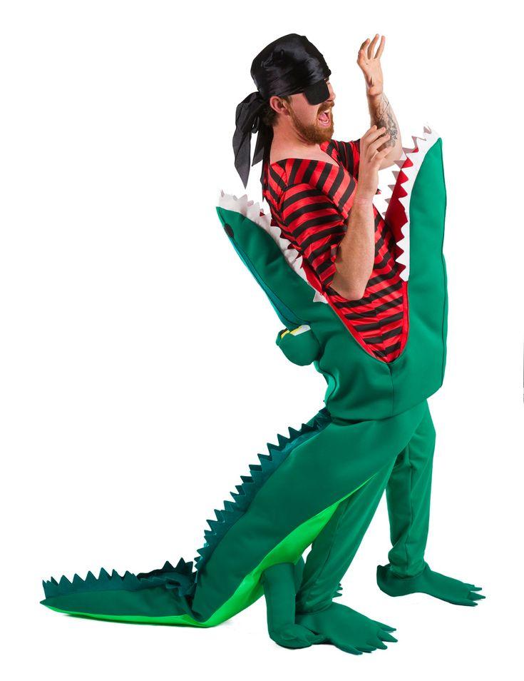Costume coccodrillo mangia pirata Adulto: Questo costume da coccodrillo mangia pirata per adulto si compone di una maglia, una bandana, un pantalone, un copri occhio e copri scarpe.La maglia è composta da una t-shirt e un coccodrillo,...