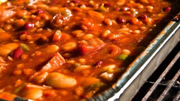 Stufato di fagioli con bacon, cipolle, peperoni, peperoncino e cumino.  http://winedharma.com/it/dharmag/maggio-2015/come-preparare-lo-stufato-di-fagioli-e-bacon-cotto-al-barbecue