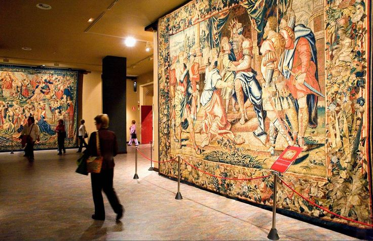 Museu de tapeçarias dentro da catedral de San Salvador - la Seo em Zaragoza, Espanha   A Catedral de Zaragoza possui uma coleção de uns 60 tapetes de valor incalculável.  E são expostos apenas 16 dos séculos, XIV á XVI, destacando as naves, a crucificação  e os mistérios da paixão, pertencentes à série de arte gótica. Todos são flamengos ou franceses, tecidos em Bruxelas ou Arras.