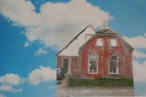 * Alle ouders hebben een foto van het huis gemaild, zwart-wit geprint en daar hebben de kinderen de kleur van het huis op getekend. Dat is weer op een wolkenachtergrond geplakt.