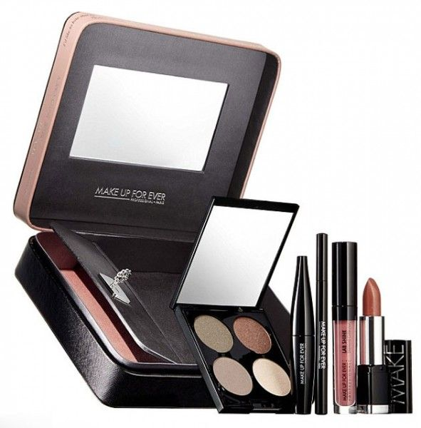 Já a Make Up For Ever tem esse kit com paleta de sombras, delineador, rímel, batom e gloss que vem na caixa com compartimento secreto trancado à chave. Chama Give In To Me