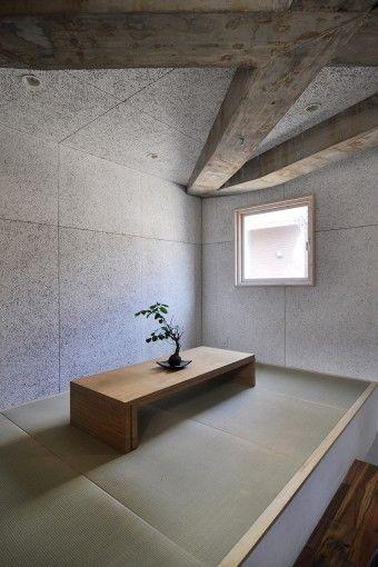 2階の和室スペース。壁には素材感のある木毛セメント板が使われている。