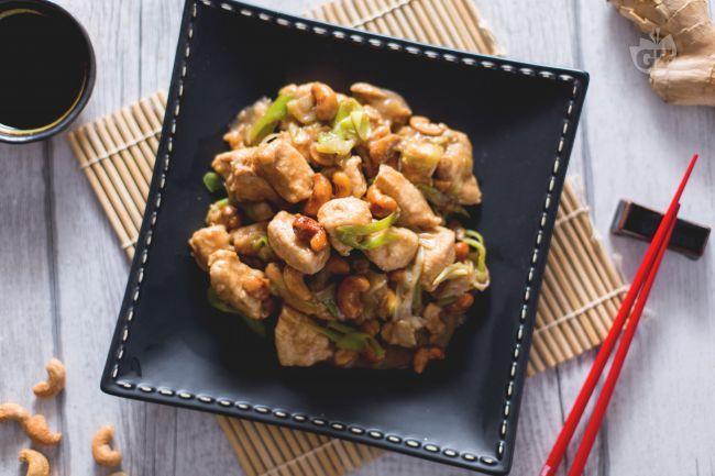 Il pollo con anacardi è un piatto della cucina orientale, in particolare thailandese: bocconcini di pollo con salsa di soia e anacardi tostati!