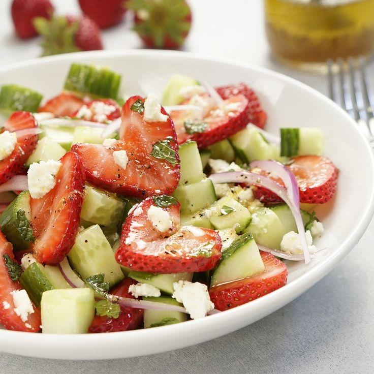 Aardbei - komkommer salade met honing/limoendressing - Powered by @ultimaterecipe