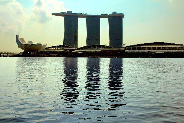 Edifício do Marina Bay Sands, visto do passeio de barco pelo Rio Singapura - Singapore http://fuievouvoltar.com