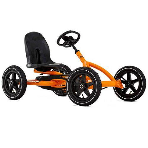 BERG Buddy Orange är den perfekta trampbilen för barn 3-8 år. Säte och ratt är justerbara så barnet kan växa med trampbilen. De fyra hjulen gör trampbilen superstabil och luftgummidäcken ger extra komfort. Trampbilen är smidig och enkel att trampa. Det går också bra att trampa bakåt. Det unika BFR-systemet gör att du kan trampa, bromsa och backa med hjälp av tramporna, vilket gör trampbilen mycket lättmanövrerad.  Fakta Luftgummidäcken ger extra komfort. Kan köras framåt och bakåt…