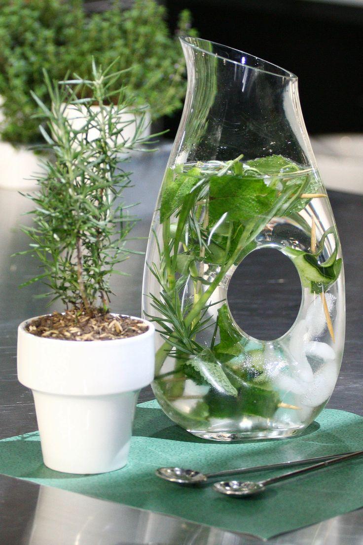 Agua saborizada con cáscaras de pepino y saludables hierbas Agua más pepino: una combinación perfectamente saludable.