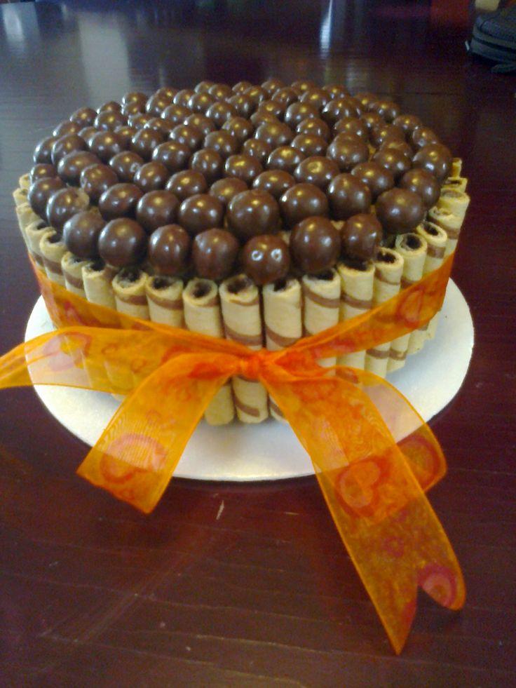 Rica tarta de chocolate decorada con bolitas de chocolate y barquillos,,,, sorprende!!