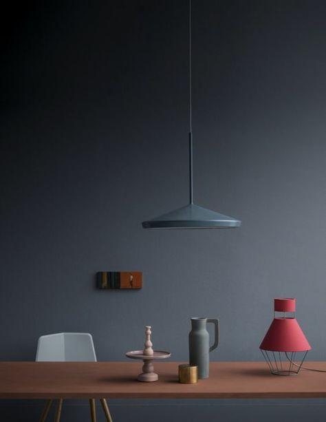 chambre-adulte-bleu-couleur-bleu-gris-avec-des-petits-objets-décoratifs-en-gris-et-rose