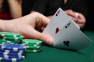 Te contamos las bases y la información básica para aprender a jugar al poker, el juego de naipes más popular del mundo.