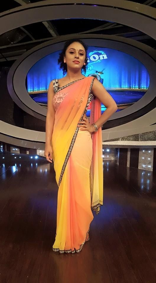 Pearle manney in ombre coloured saree topped with ikat print blouse