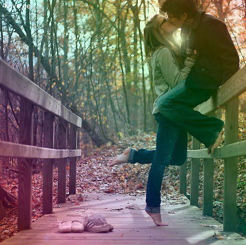 Ülj ide mellém s nézzük együtt az utat, mely hozzád vezetett. Ne törődj most a kitérőkkel, én is úgy jöttem, ahogy lehetett. Hol van már, aki kérdezett, és hol van már az a felelet, leolvasztotta a Nap a hátamra fagyott teleket. Zötyögtette a szívem, de most szeretem az utat, mely hozzád vezetett.