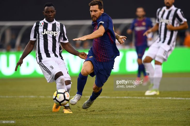 TOPSHOT - Barcelona's Argentinian forward Lionel Messi (R) vies for the ball with Juventus' midfielder from Ghana Kwadwo Asamoah (L) during the International Champions Cup (ICC) match between Juventus FC and FC Barcelona, at the MetLife Stadium in East Rutherford, New Jersey, on July 22, 2017. FC Barcelona defeated Juventus 2-1. / AFP PHOTO / Jewel SAMAD