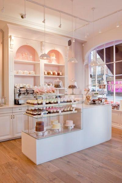 Simple, dengan lantai kayu yang membuat teduh. Konsep toko yang mirip dapur semua orang. Pencahayaan juga di pikirkan, perfect..