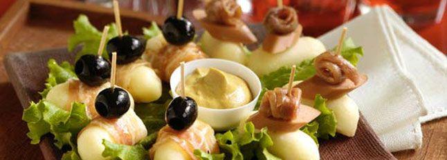 Preparazione SPIEDINI RUSTICI: Avvolgete il Galbanino tagliato a cubetti con  le fette di pancetta, fermate il tutto con uno stecchino, aggiungete un'oliva,…