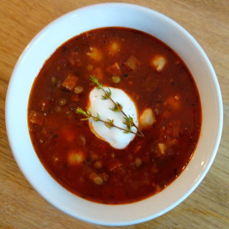 Den lidt stærke og meget varme spanske tomatsuppe er en god afveksling til den klassiske tomatsuppe. Der er god bid i den og den mætter super godt.
