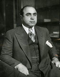 Al Capone  fait fortune dans le trafic d'alcool de contrebande durant la prohibition dans les années 1920 à Chicago.