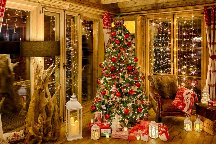 Un soggiorno luminoso e accogliente a Natale dove rilassarsi alla luce soffusa di lanterne e candele led