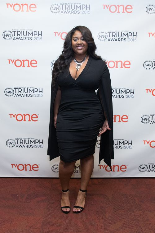 singer Jazmine Sullivan wearing a form-fitting ruched black dress to an award show...very flattering for curvier figures.