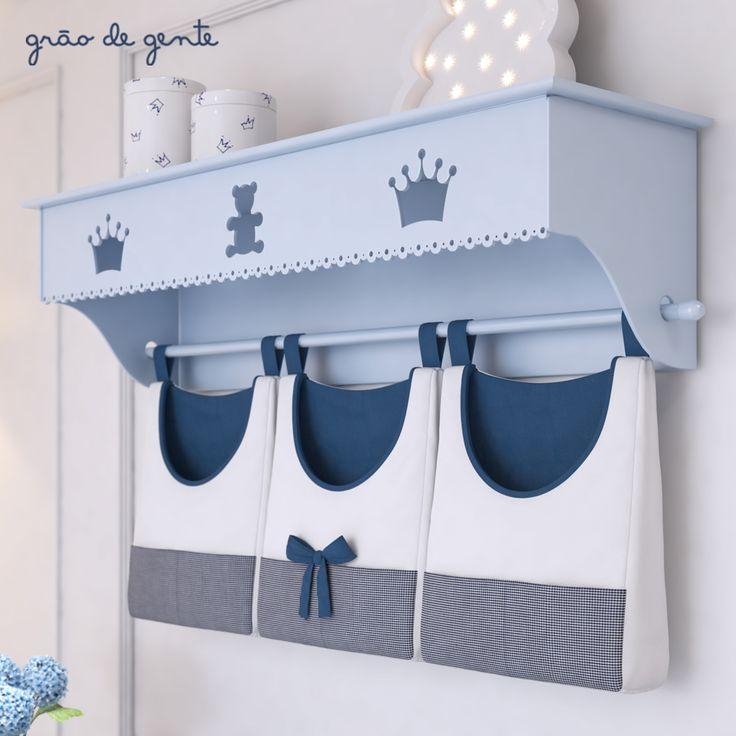 A prateleira com porta-fraldas de varão Ursinho Clássico Marinho é um acessório que além de lindo, vai ser super funcional!
