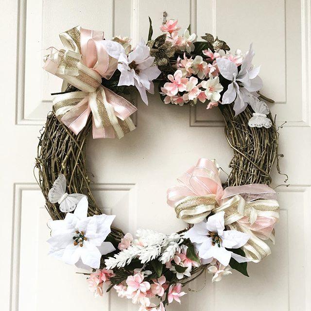 【maiirukatooyogu】さんのInstagramをピンしています。 《よく見ると、白い#ポインセチア と#桜 と入って#斬新 でもテーマは#ニューイヤーリース アメリカであるもので作るとこうなる?! #michigan #ミシガン #newyear  #newyearwreath #wreath #handmade #リース作り #自己流  #ニューイヤー #リース #新年 #新春》