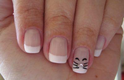 unhas decoradas com strass e desenho de gatinho