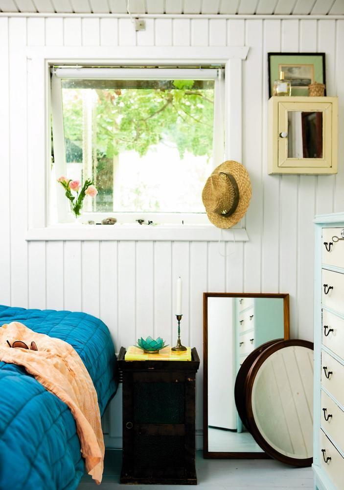 SOMMERLIG: Lyst og enkelt soverom i en sommerhytte. Noen speil stående på gulvet skaper spenning i rommet, og stråhatten hjelper til med somemrstemningen.