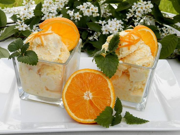 Z pomerančů vymačkáme šťávu a smícháme s tvarohem a medem. Našleháme a přidáme ušlehanou šlehačku.Dáme zamrazit, ale jen tak, aby byla zmrzlina...