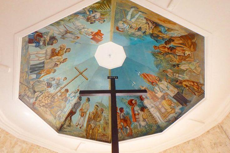 今日は1人で観光day 英語話せないくせに1人でタクシー乗って出歩く事はなぜかできる笑 その辺わりとフットワーク軽め笑 . Magellan's Cross フィリピン人初のキリスト教徒として 当時の王と王女が洗礼を受けた事で マゼランが建立されたとされてる木製の十字架 この天井の絵がすっごくてずっと見てられた . けどねー1人だったからタクシー降りようとしたら もう外にストリートチルドレンがいて 窓コンコンしてお金ちょーだいって . なんか複雑な気持ちになりました . フィリピン特にセブ島は日本人からすると theリゾート地ってイメージだと思うけど それはほんとごく一部のセブで 街はストリートチルドレンたくさんいるし スリとかもめっちゃ多いらしい . プラスの面ももちろんマイナス面もしっかり受け止めて 残りのセブ島生活していこうと思いました . #急に語りだす #philippines #cebu #studyabroad #summer #magellanscross #cross #history #magellan #thoughtful #dayoff #フィリピン…
