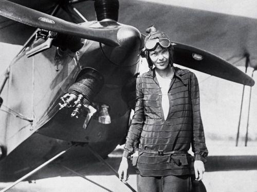 неизвестные  Амелия Эрхарт. В летчица исчезнувший в 1937 году во время попытки облететь вокруг света вдоль экватора. Когда женщины не получится, - сказала она, - их отказов должны быть, но вызов другим.' Фотография любезно Халтон-немецкий Коллекция Корбис /...