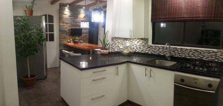 Mi cocina juega con los contrastes de colores y toques de calidez inspirados en los hermosos diseños de Candice Olson.