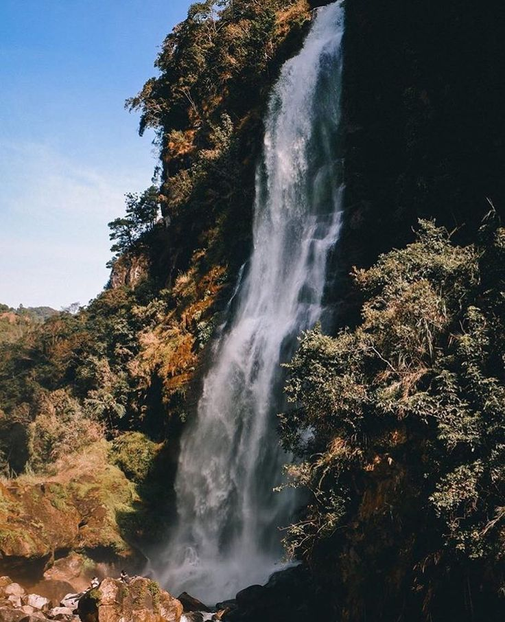 Behold the majestic Bomod-ok Falls Sagada. Its freezing water will surely take away all the tiresomeness from the long trek. All worth the leg muscle pain.  Photo and words by @syjorbase  #travelingpinoy