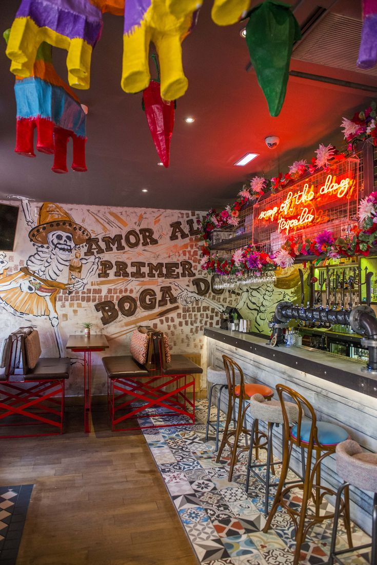 Pinata-Decke hing. Buntes mexikanisches Bar-Restaurant Cantina-Design. Wandbilder. Co …