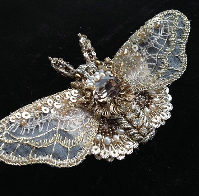 Там за окошком метель,а у меня снова ОНИ-нежные летние создания.Авторская вышивка.Брошь-мотылек.В работе натуральный жемчуг,бисер,кружево,сутаж,стразы Сваровски,люрекс,пайетки.#вышивка #бабочка #крылья #Сваровски #бисер #брошь #украшение #embroidery #fashion #butterfly