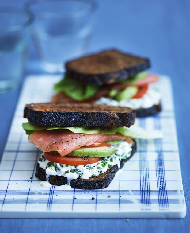 Sandwich på middagsbordet? Så prøv denne med en god kombi af laks, grønt og hytteost. Lækkert, sundt og nemt!