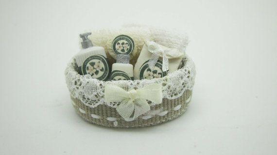 Miniatuur poppenhuis schoonheid gevulde spa mand door viliaminiature