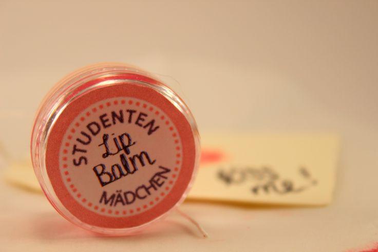 Lip Balm selbst herstellen - wie das geht könnt ihr im Blog nachlesen. #girlsdiy #diy #quick&easy #valentinesdiy #lipbalm http://studentenmaedchen.wordpress.com/2014/02/14/rote-lippen-soll-man-kussen/